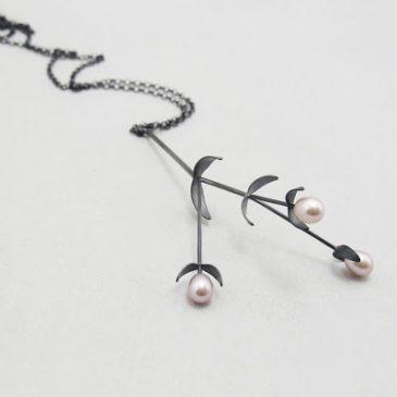 Pärlor och svart silver. Pearls and black silver.