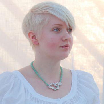 """""""Moln"""" halssmycke med pärlplatta i silver och serpentin collier. """"Clouds"""" necklace in silver with serpentine necklace."""