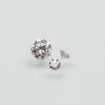 Etiska Diamanter, en vit och två små grå. Fair Trade Diamonds, one white and two tiny gray.