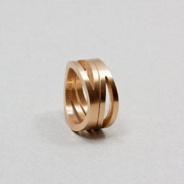 Vigselringar i rödguld på väg mot fulländning. Wedding rings in red gold on  their way f916d22e2c2de