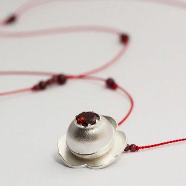 Snart jul! Ett rött näckrossmycke. Soon it will be Christmas! A red water lily pendant.
