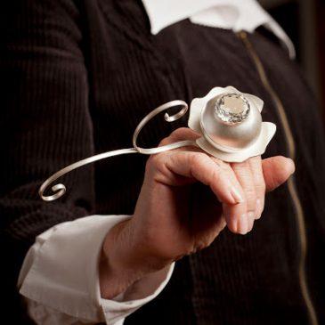 Så här ser ringen ut på handen! The ring balance beautifully on your hand!