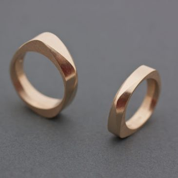 Annorlunda vigselringar i Svenskt rödguld. Exceptional wedding rings in Swedish red gold.