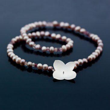Sommarsmycken, silver, pärlor och safirer. Summer Jewelry, silver, pearls and sapphires.