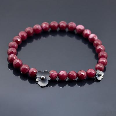 Smycke med oxidera begonia blommor av silver med färgar röd agat och hematitkulor