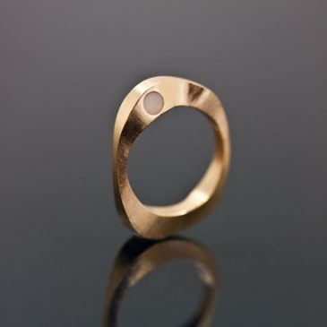 En unik vigselring på beställning. A unique wedding ring made ​​to order.