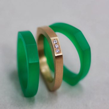 Ringar i guld och grönt med vita diamanter. Rings in gold and green with white diamonds.