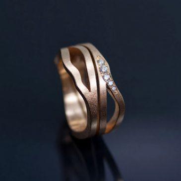 Asymetriska pusselringar med vita etiska diamanter. Asymmetric puzzle rings with white Fair Trade Diamonds.