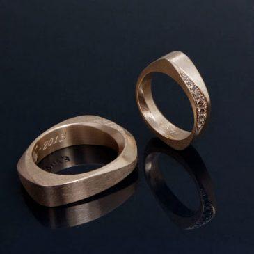 Vigselringar med kaffefärgade, etiska diamanter. Wedding rings with coffee colored, ethical diamonds.