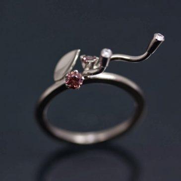 Sagoring med etiska safirer och grå diamanter. Faerie Ring with ethical sapphires and gray diamonds.