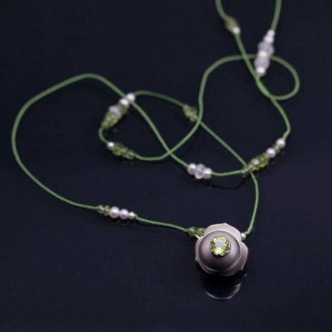 Solsken! Ett smycke får en ny färg. Sunshine! A piece of jewelry gets a new color.