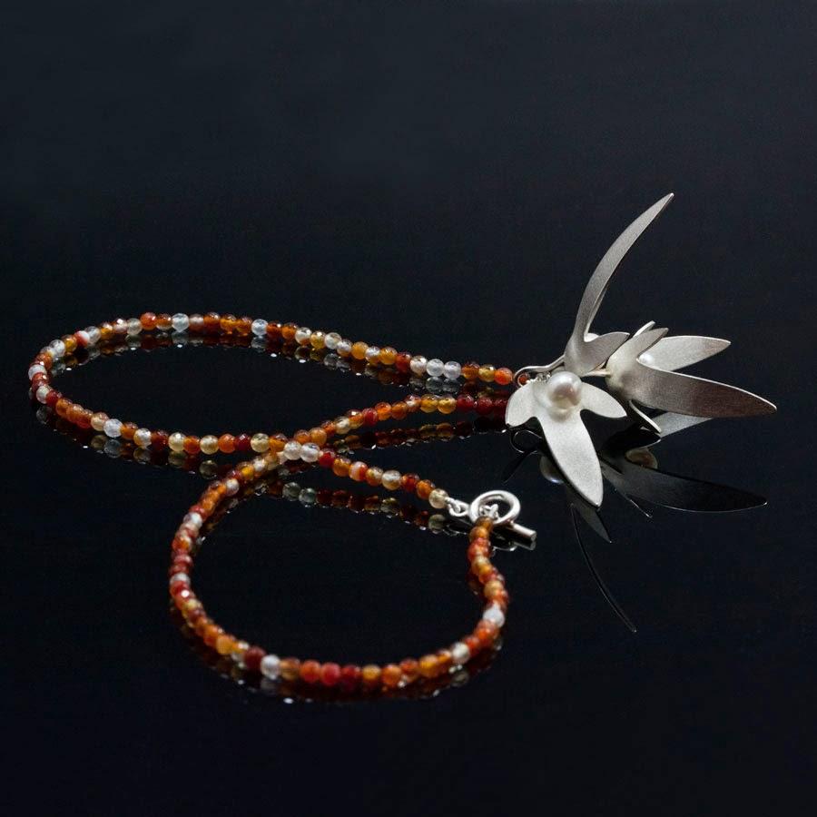 Avenboks hänge med pärlor och collier av agat.
