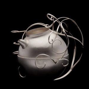Silvercorpus; skålar, ljusstakar och andra föremål är svårare att sätta ett prisspann för. De är så olika och innehåller så mycket arbete och tankar.  Den här lilla olivoljekannan rymmer ca2dl och kostar 34 000kr.  Foto Christian Habetzeder.
