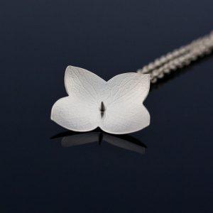 Mindre halssmycken av silver på kedja ligger mellan 800kr och 3 500kr. Den här hortensiablomman kostar 1 600kr.