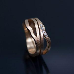 En pusslande ringkombination, där ringarna ska anpassas efter varandra blir alltid lite dyrare därför att det är så mycket jobb med dem. De här två organiska ringarna med vita etiska diamanter kostade sammanlagt 32 000kr.