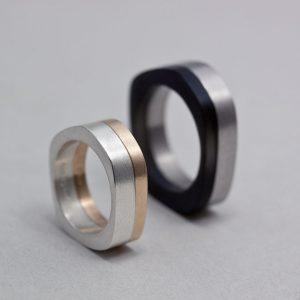 Vigselringar varierar i pris både med hur svåra de är att göra och med vad materialet i dem kostar. De här ligger på; silver  4 000kr, guld 9 000kr, akryl 3 000kr, titan 8 500kr.