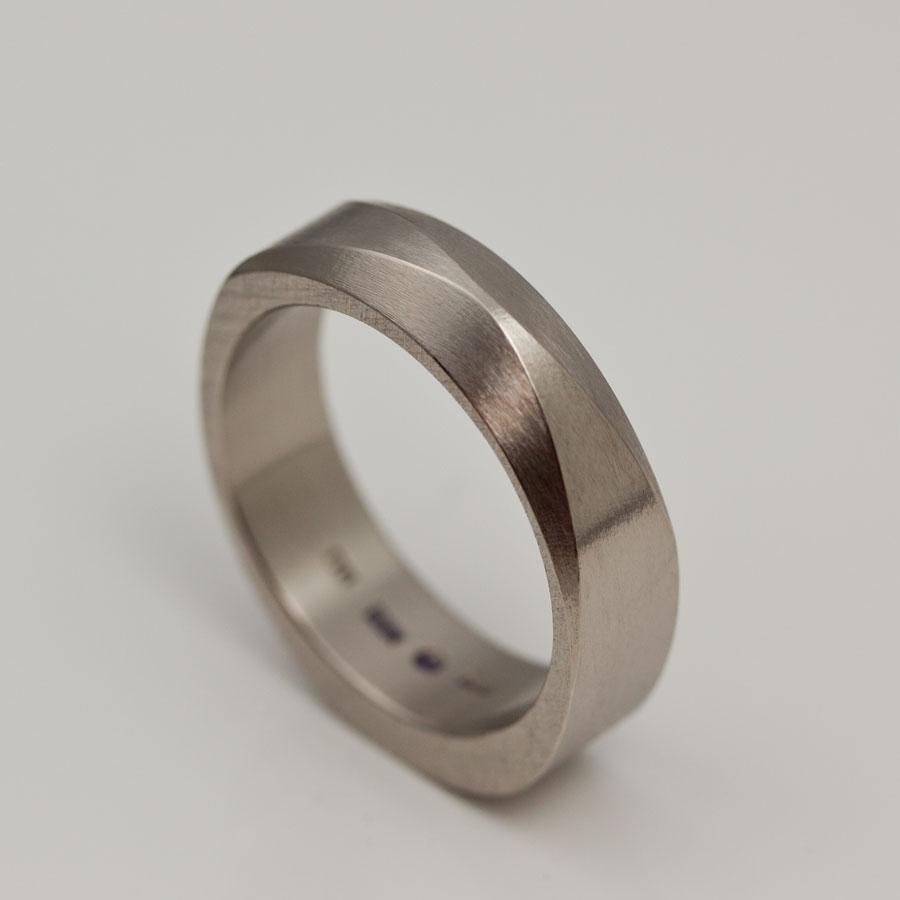 Hans ring i vit guld med asymmetri och två fasetter. återigen en kombination av ringar jag gjort förut. Ringfamiljen växer!
