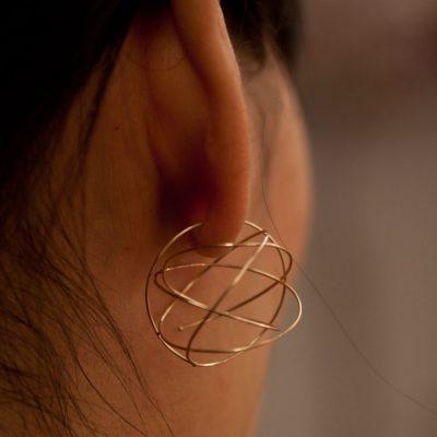 Guldtråden i örhänget berhöver snurras in i örat minst ett halv varv, då låser de övriga öglorna den på plats!