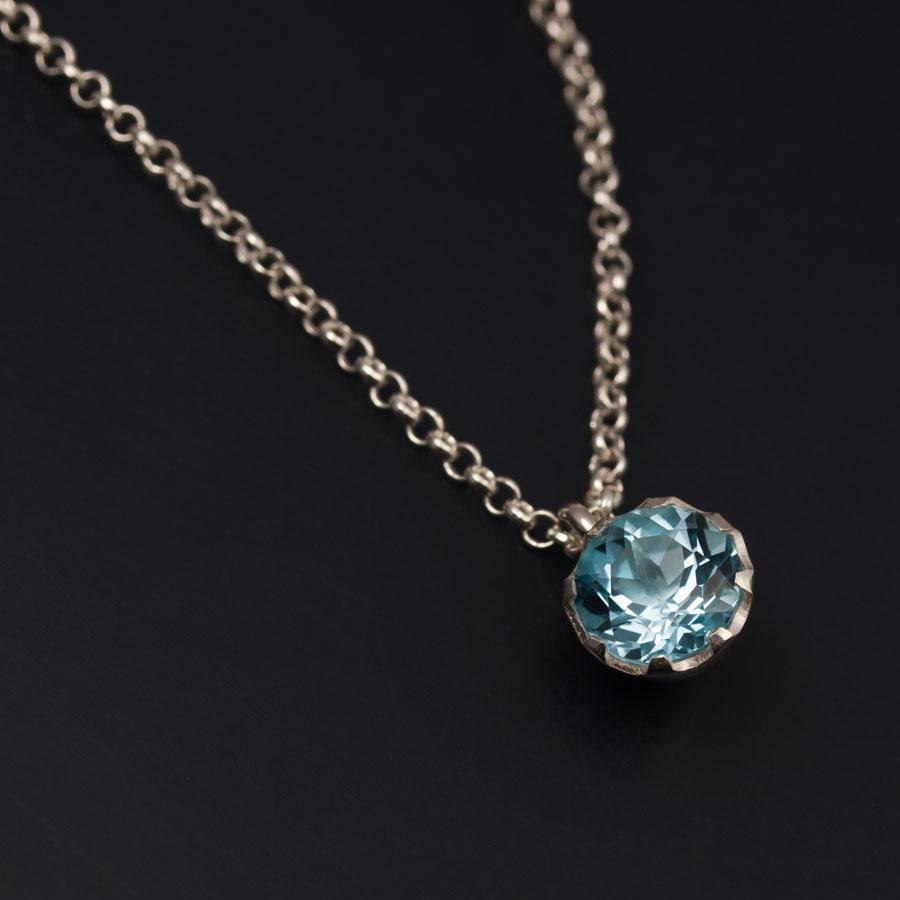 En silverberlock med en Londonblå topas.