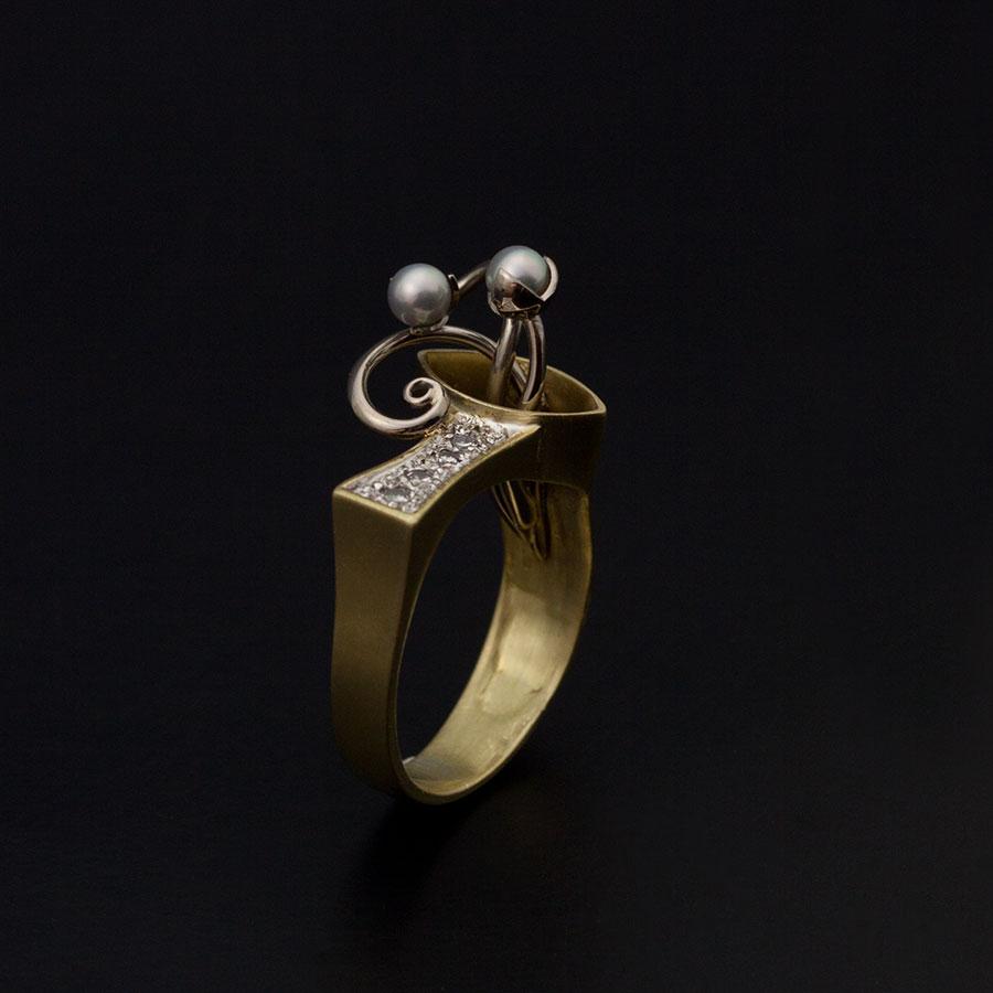 En omarbetning av en guldring med diamanter som blev något extra!