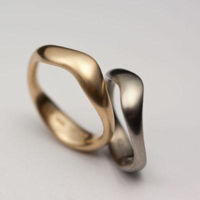 Mjuka ringar i rött och vitt guld.
