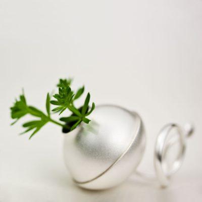 Var går gränsen mellan ett smycke och ett föremål? Det här är en silverring. Och en vas.