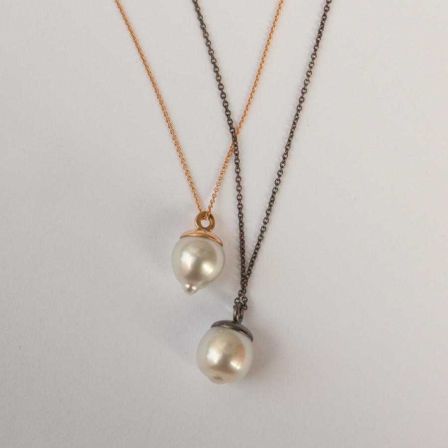 Etiska pärlor, odlade med omsorg, har blivit minimalistiska hängsmycken med en stor personlighet. Här ovan i 18k guld och oxiderat silver.