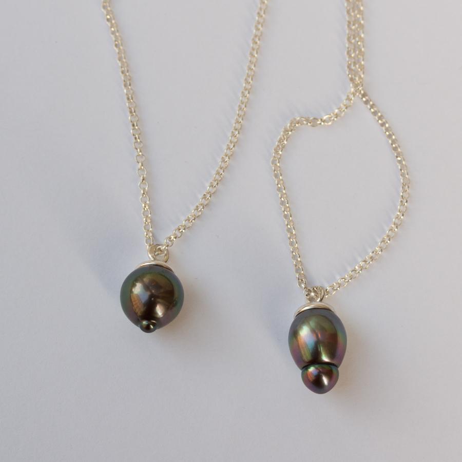 Naturligt mörka pärlor blev till hängsmycken tillsammans med vitt silver.