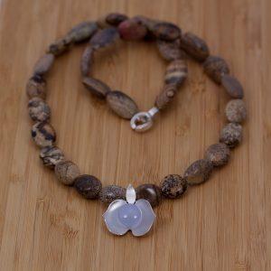 Halssmycke av jaspis med silver begonia och en mittsten av calsidon.