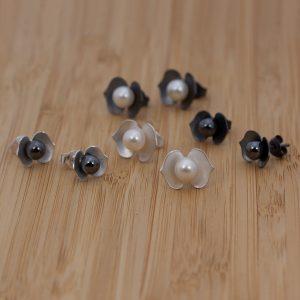 Örhängen i silver och oxiderat silver med antingen hematitkulor eller sötvattenspärlor i mitten.