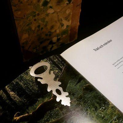 Bokmärke i form av klämma som sitter fast bra när boken åker ner i väskan. Finns i mässing och nysilver.