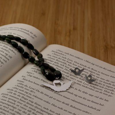 Här har min bokmärkes ängel blivit en silverberlock på ett tätt halsband.