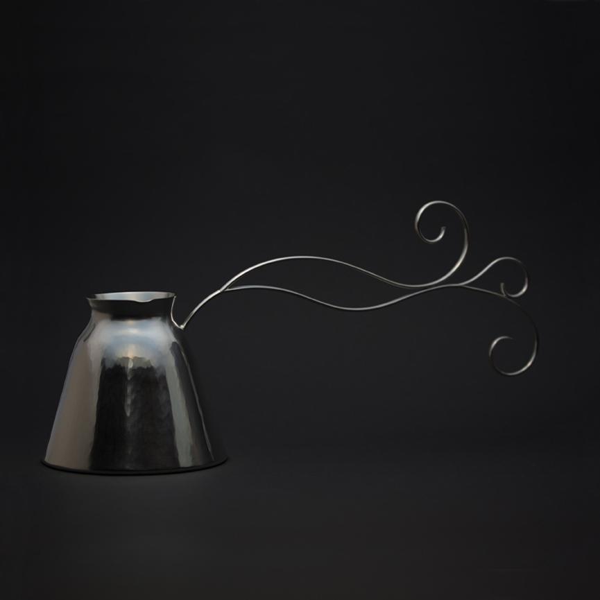 En silverkanna att koka grekiskt kaffe i, med tjock botten och ett långt handtag som inte blir för varmt i handen.