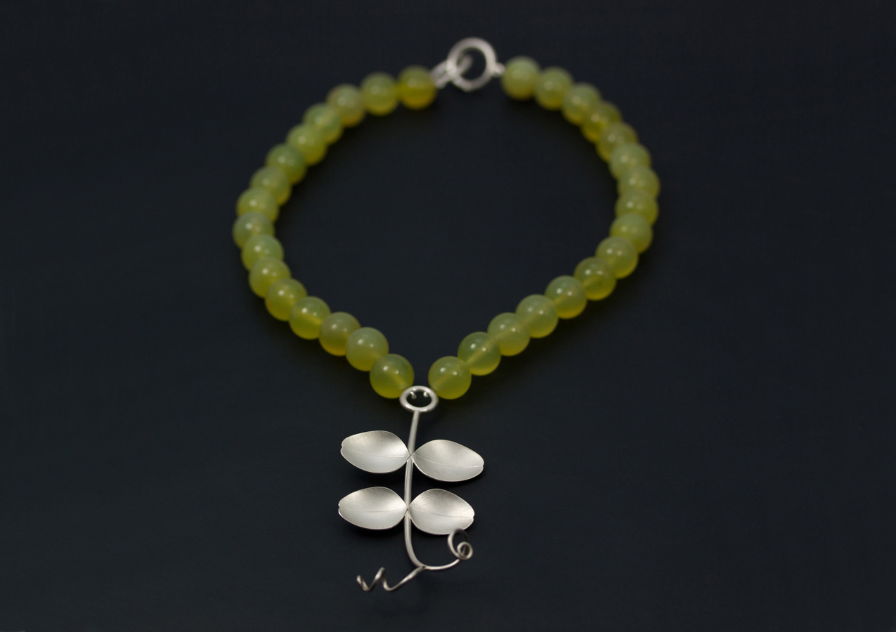 Ett ärtblad av silver, med collier i grön serpentin. Våren är snart här!
