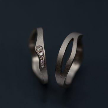Att välja hur man vill fatta stenar i sin vigsel eller förlovningsring. Faden.