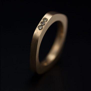 Att välja hur man vill fatta stenar i sin vigsel eller förlovningsring. Riven kant.
