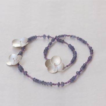 Sammetshortensia, en hel kollektion smycken i silver, pärlor och oxiderat silver.