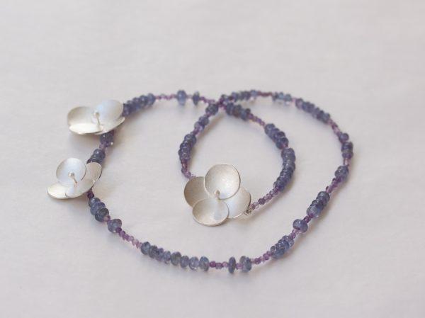 Det här smycket med tre blommor i silver, pärlor, tanzanit och ametist är redan sålt till en kund...roligt!