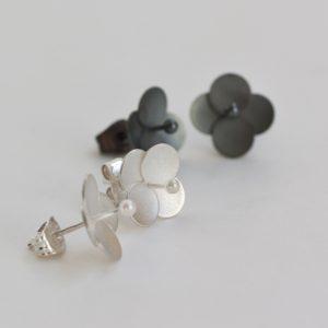 Sammetshortensia blommor av silver och oxiderat silver som örhängen.