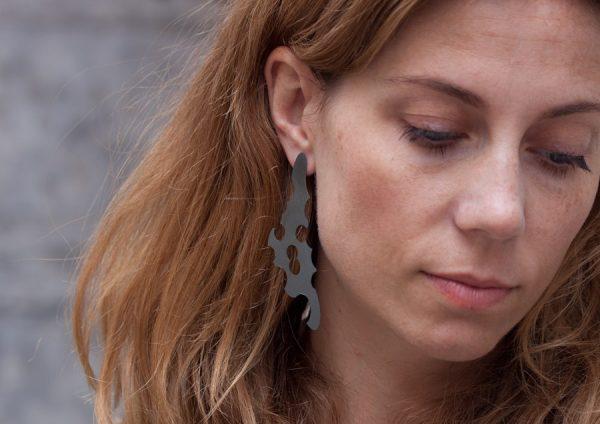 Örhängen av skuggor, lätta, tunna, stora örhängen i oxiderat silver.