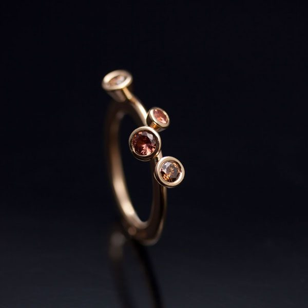 guldsmed; förlovningsring; safir; silversmed; smycken; vigselring; etisk; rödguld