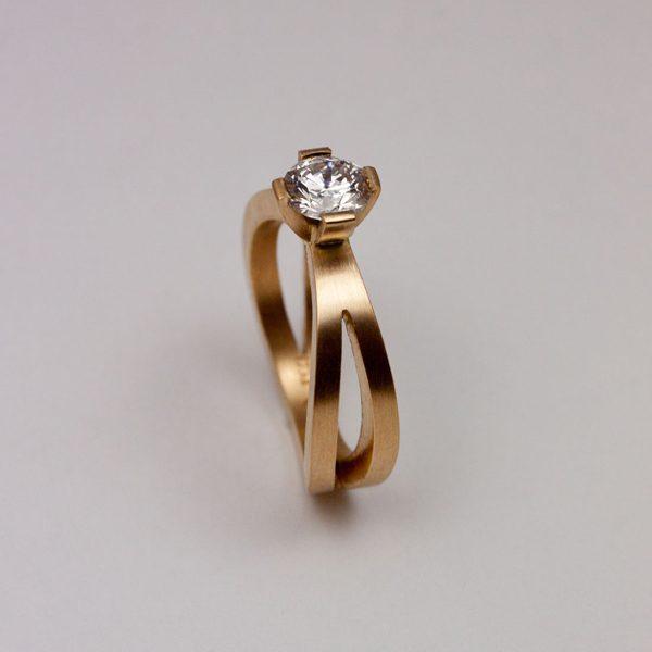 guldsmed; förlovningsring; diamat; silversmed; smycken; vigselring; 0,72ct etisk diamat men id nummer