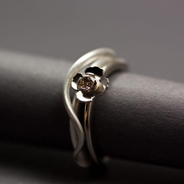 Förlovningsring i silver grässtrå, och vigselring i vitguld med kaffefärgad diamant, blomma.