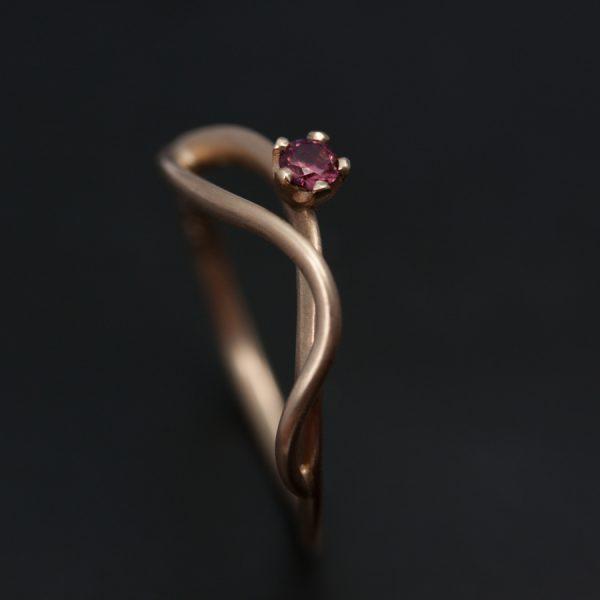 guldsmed; förlovningsring; safir; silversmed; smycken; vigselring; etisk; rödguld En unik doktorsring i rött guld med en etisk safir. Formmässigt tog den sitt ursprung i en av mina vigselringar.