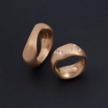 Tunga men bekväma förlovningsringar i rött guld men etiska diamanter.