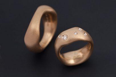Guldsmed_petronella_eriksson_egna_ringar_guld_diamanter guldsmed; förlovningsring; silversmed; smycken; vigselring; rödguld; diamanter; etiskadiamanter