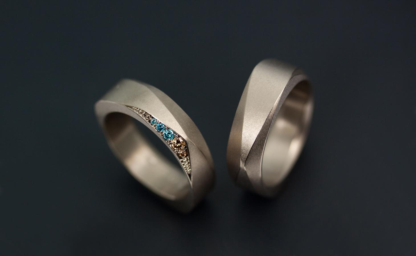 Förlovningsringar av vitguld med diamanter i ovanliga färger.