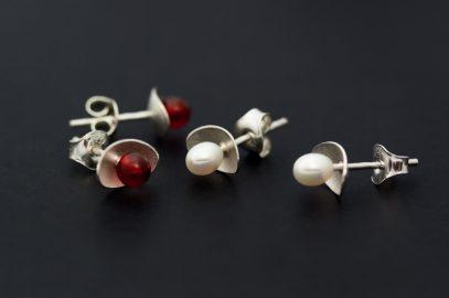 Örhängen av vitt silver med röda karneoler och vita pärlor tillverkade av Petronella Eriksson