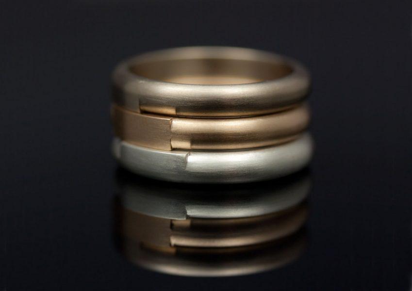 Förlovningsringar i champagnefärgat vitguld, svenskt rödguld och silver. Det finns så många toner av metall att välja på!
