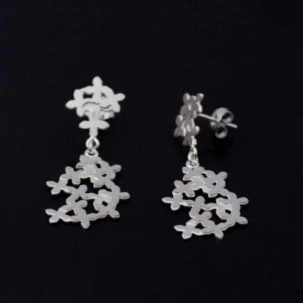 Mortsblommor, hängande örhängen i vitt silver